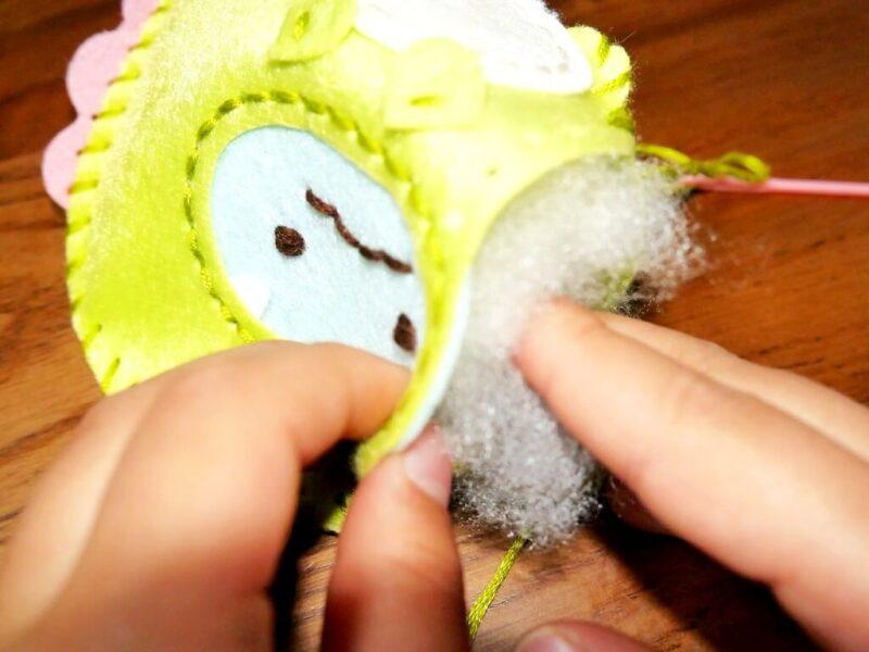「とかげ」に綿を入れるところ