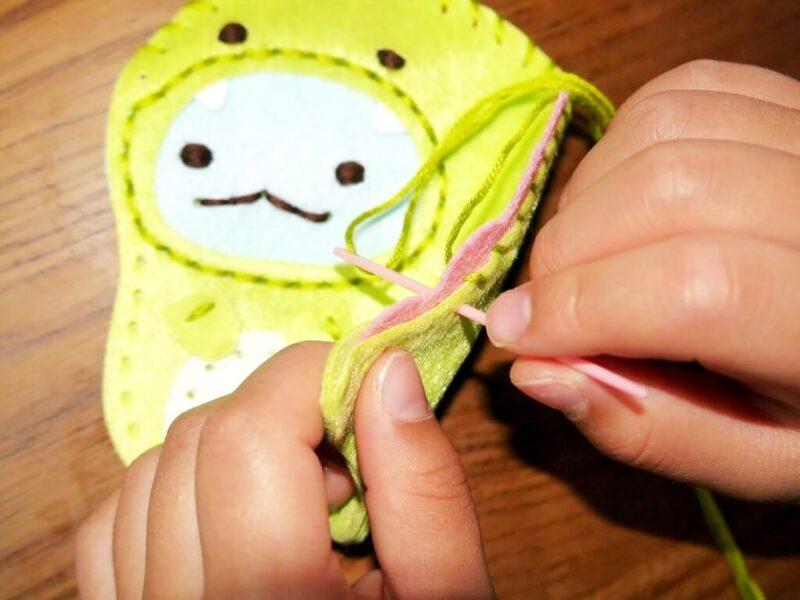 「とかげ」のせびれをかがり縫いで縫い付けるところ