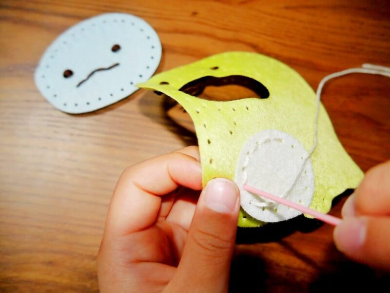 「とかげ」のおなかを本返し縫いで縫い付けるところ